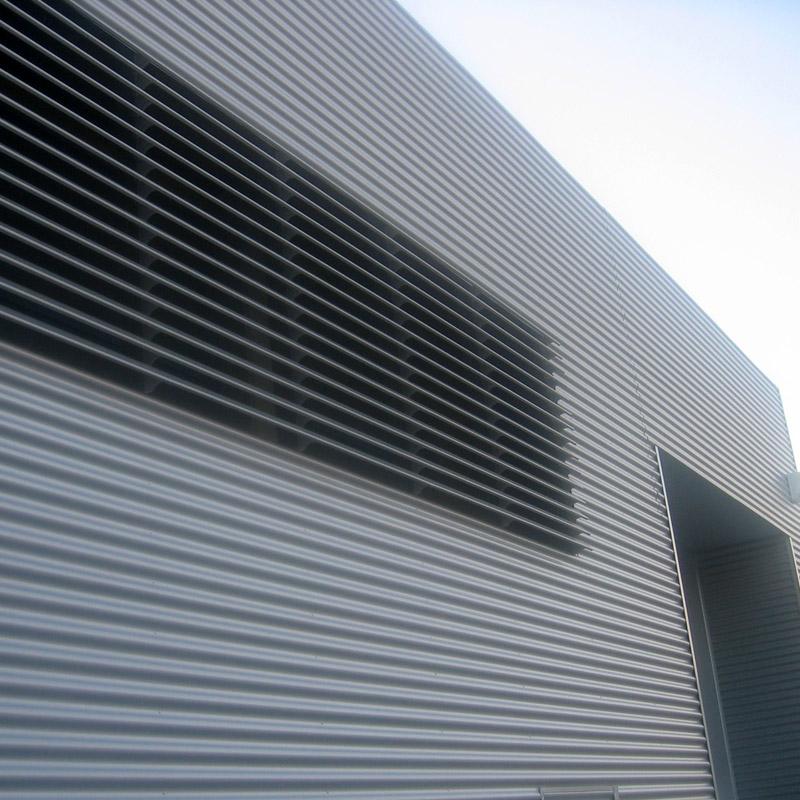 Rivestimento capannoni e facciate ventilate in metallo for Capannone moderno